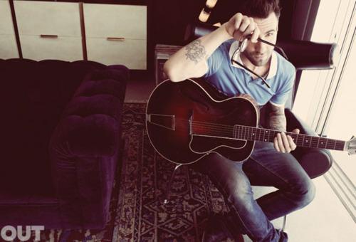 Fotos de Adam Levine, vocalista do Maroon 5, na revista Out