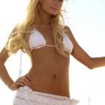 Paris Hilton faz topless com ursinho de pelúcia
