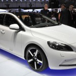 Volvo V40: fotos e vídeo do carro com airbag para pedestres