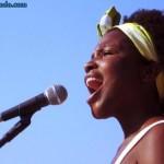 Jesuton: vídeos, músicas, fotos e o Facebook da cantora de rua que é sucesso no Rio de Janeiro